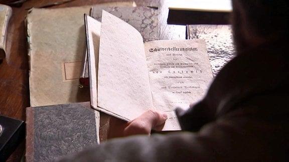Ein Buch aus der geretteten Sammlung von Carl Adolf von Carlowitz im Schloss Kuckuckstein.