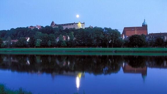 Vollmond über Schloss Sonnenstein an der Elbe bei Pirna