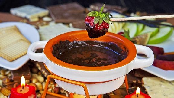 Schokoladenfondue mit Früchten und Keksen