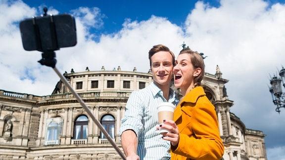 Selfie mit Stick vor Semperoper