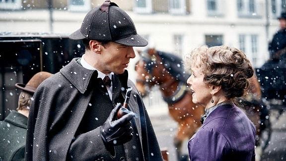 Sherlock Holmes (Benedict Cumberbatch) und Mrs. Hudson (Una Stubbs)