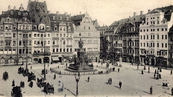 Der Marktplatz von Leipzig als Postkartenmotiv um etwa 1935 mit Siegesdenkmal