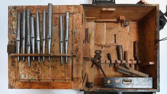 Handwerkszeug und Orgelpfeifen