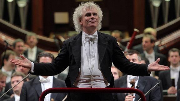 Sir Simon Rattle bei einem Konzert der Berliner Philharmoniker in Warschau (2009)
