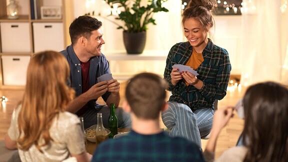 Junge Menschen bei einem Spieleabend