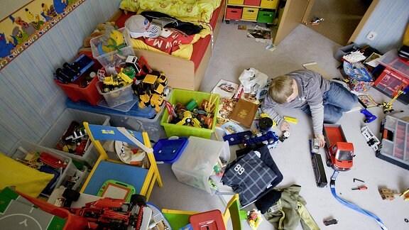Ein Junge spielt in seinem Kinderzimmer