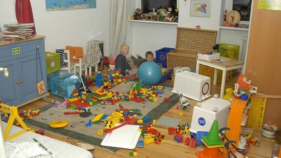Zwei Jungen spielen in einem Kinderzimmer