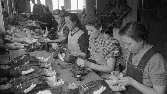 Arbeiterinnen der Spielzeugfabrik in Sonneberg in den beim Ankleiden von Puppen, ca. 1950