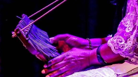 Stella Chiweshe aus Simbabwe spielt das Daumenklavier Mbira