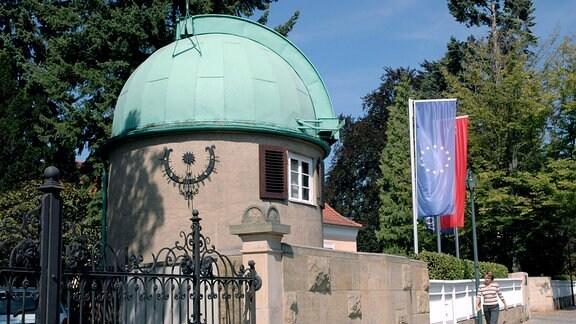 Haus mit Sonnenuhr im Stadtteil Weisser Hirsch in Dresden.