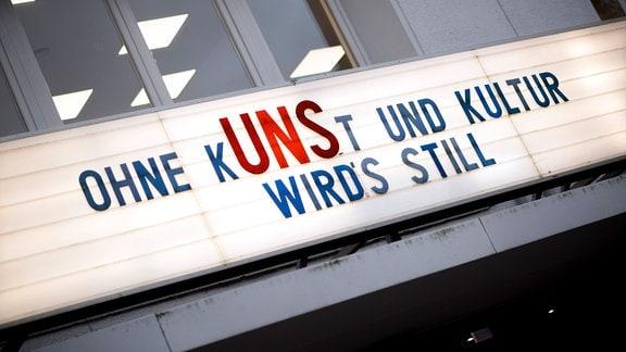 Geschlossenes Kino Cinema Paris mit Motto Ohne Kunst Uns Und Kultur Wird es Still