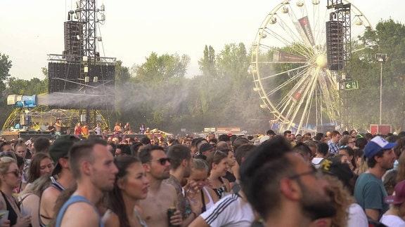 Spühnebel aus einer Kanone über Publikum bei Sziget-Festival