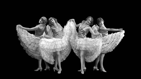 Vier Tänzerinnen mit Röcken, 1920er Jahre