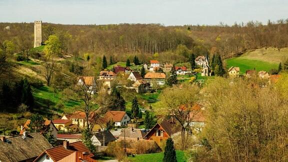 Der Turm einer Burgruine erhebt sich über Tautenberg in Thüringen.