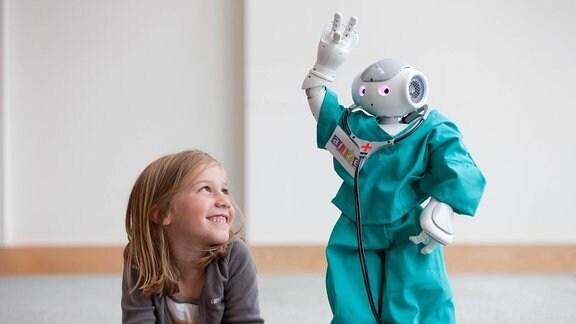 Im Testraum des San-Raffaele-Krankenhauses in Mailand lachet ein junges Mädchen staunend, als der kleine Roboter Nao ihr, im Rahmen des Forschungsprojekts Aliz-e, seine Tanzkunststücke vorführt (Foto vom 27.07.2010). Für das Mailänder Forschungsprojekt kommt jedes Kind drei Mal ins Krankenhaus, um zu spielen. Nao ist mit sechzig Zentimetern Größe wesentlich kleiner als die Kinder, mit denn er spielt, doch die Forscher des Aliz-e Projekts haben Großes mit ihm vor. Nao ist ein Roboter. Wenn er voll ausgereift ist, könnte er eines Tages zum Personal von Kinderkliniken gehören, um kleinen Patienten die Angst vor Ärzten und Apparaten zu nehmen. Das über Forschungsinstitute in ganz Europa verteilte Projekt wird von der Europäischen Union über einen Zeitraum von viereinhalb Jahren mit insgesamt knapp elf Millionen Euro gefördert.