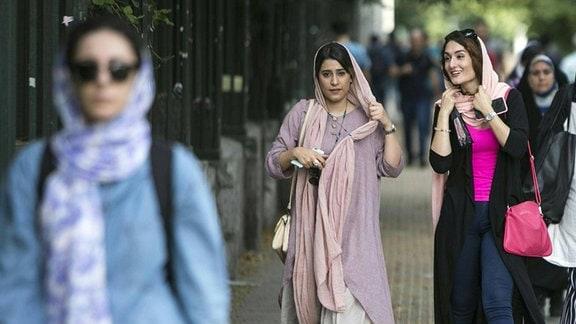 Iranische Frauen auf einer Straße in Teheran
