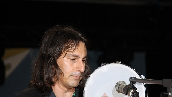 Pippo Pollina mit Tamburin