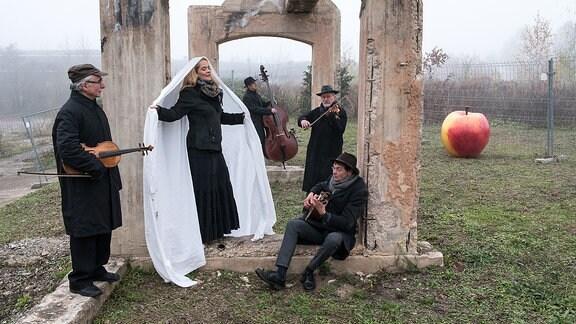 The String Company aus Erfurt - Mit Marion Minkus (Gesang), Lev Guzman (Viola, Gesang), Reinhard Schwalbe (Violine), Jens Hichert (Gitarre), Ljubomir Mitrovic (Akkordeon)