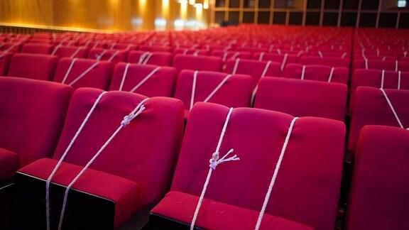 """Alle Sitzplätze im Zuschauerraum der Urania sind wegen der Corona-Pandemie durch Seile abgesperrt während der Präsentation der Biographie """"Markus Söder - Der Schattenkanzler""""."""
