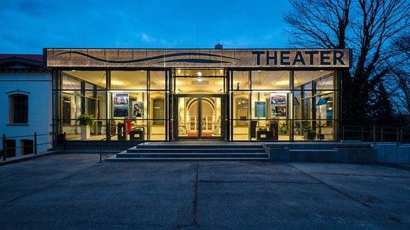 Theater Eisleben, Außenansicht bei Dämmerung