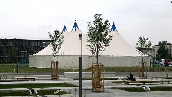 Altenburg: Ein Festzelt, welches als Interimsspielstätte während der Sanierung des Altenburger Theatergebäudes am Theaterplatz dient.