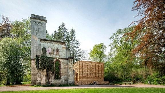 """Ein begehbarer Holzwürfel wurde als """"Grünes Labor"""" am Tempelherrenhaus in Weimar aufgebaut."""