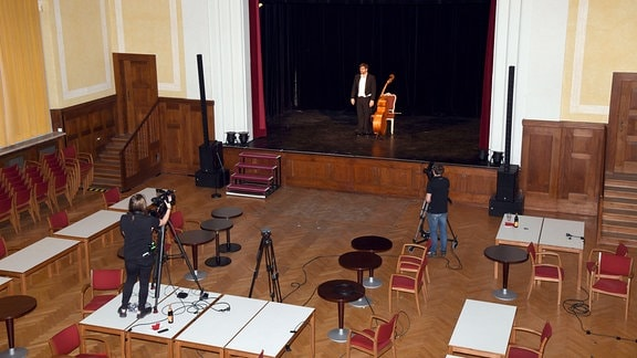 Franz Josef Strohmeier mit seinem Soloprogramm Der Kontrabass - Monolog für einen Schauspieler von Patrick Süßkind im Kleinen Theater.