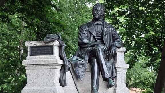 Fontanedenkmal vom Bildhauer Max Wiese auf dem Fontaneplatz in Neuruppin