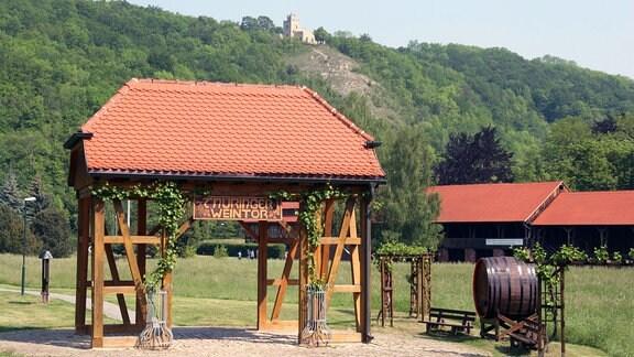 Das Thüringer Weintor, das auf den Weinanbau im Ilm- und Saaletal hinweist.