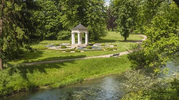 Musentempel am Fluss Ilm im Schloss und Landschaftspark Tiefurt
