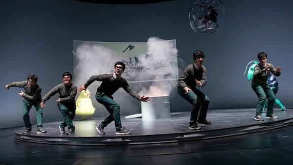 Darsteller auf der Bühne.