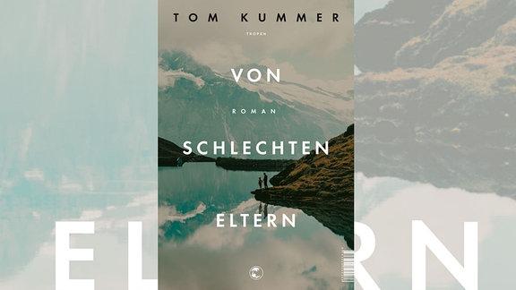 Auf dem Cover von Tom Kummers Buch ist ein Bergsee abgebildet, an dem ein Mann mit einem Kind an der Hand steht.