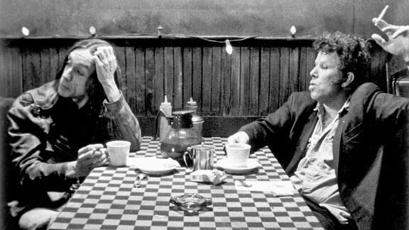 Tom Waits in einer Szene des Films Coffee and Cigarettes zusammen mit Iggy Pop