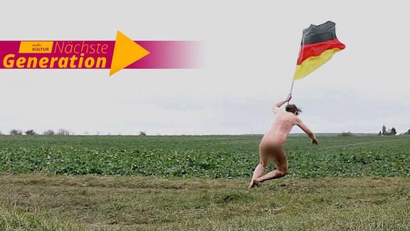 """Ein Mann rennt nackt über ein Feld und schwenkt dabei eine Deutschland-Flagge, in der linken Ecke ist ein Logo """"Nächste Generation"""" zu sehen."""