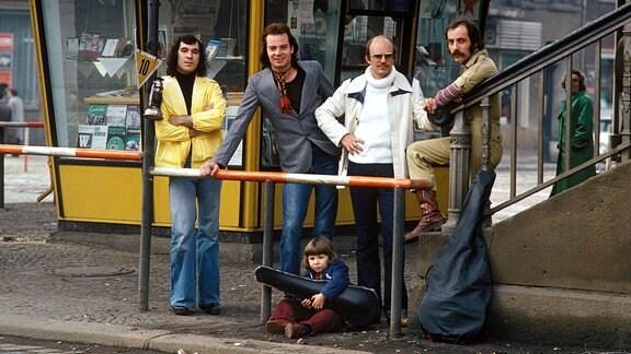 Georgi Gogow, Klaus Selmke, Fritz Puppel, Toni Krahl mit Nachwuchs an der Schönhauser Allee
