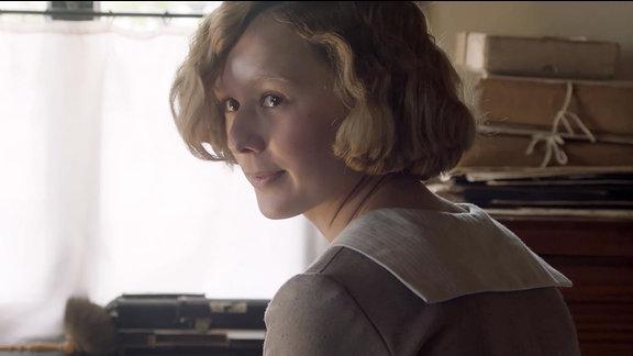 Szene aus dem Film Astrid - Eine junge Frau neugierig auf etwas.