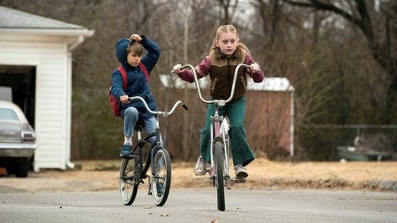 Zwei Kinder auf Fahrrädern