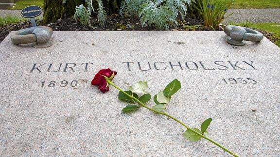 Grab von Kurt Tucholsky mit Rose in Mariefred
