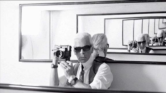 Eine Fotografie, in der sich Lagerfeld selbst mehrmals im Spiegel spiegelt