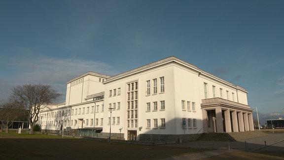 Außenansicht des Kulturpalastes in Bitterfeld.