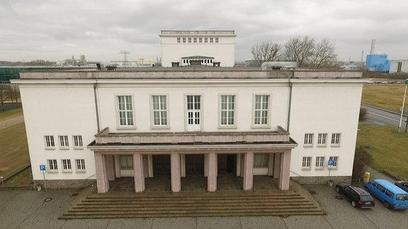 Außenaufnahme des Eingangsbereichs vom Kulturpalast Bitterfeld.