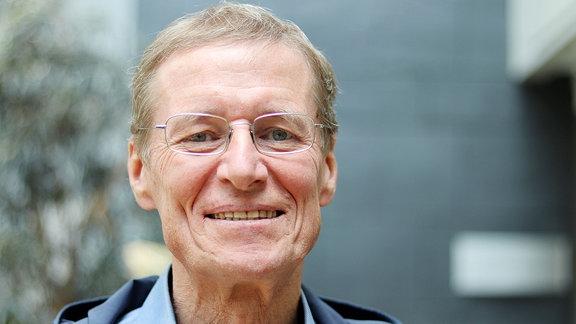 Ulrich Hegerl lächelt.