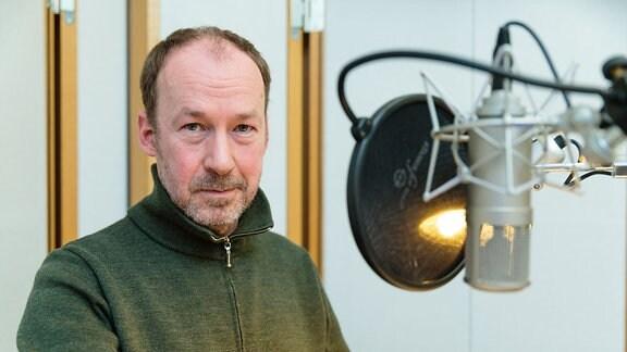 """Ulrich Noethen bei den Aufnahmen zu """"Die vier Himmelsrichtungen"""" im Hörspielstudio des MDR im März 2014"""