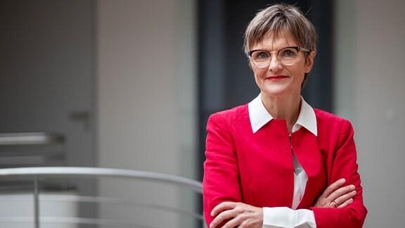 Ulrike Lorenz, neue Präsidentin der Klassik Stiftung Weimar, posiert vor einer Pressekonferenz.