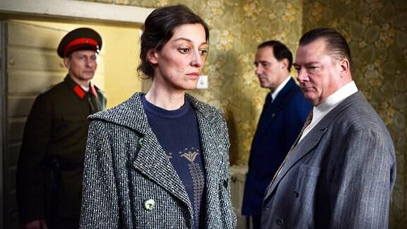 """Szenenbild aus dem Film """"Und der Zukunft zugewandt"""" mit Alexandra Maria Lara und Robert Stadlober."""