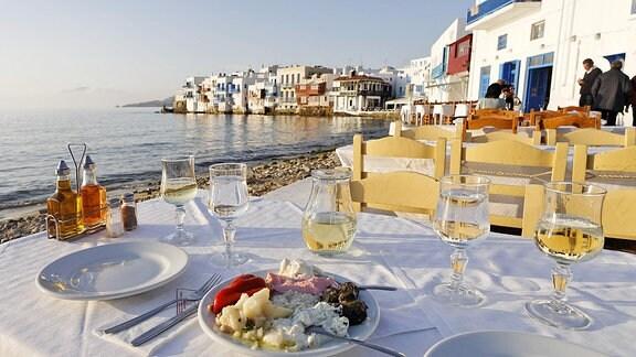 Gedeckter Tisch eines Restaurants am Strand auf Mykonos
