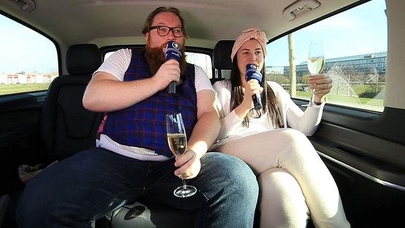 Ein Mann und eine Frau sitzen im Taxi.