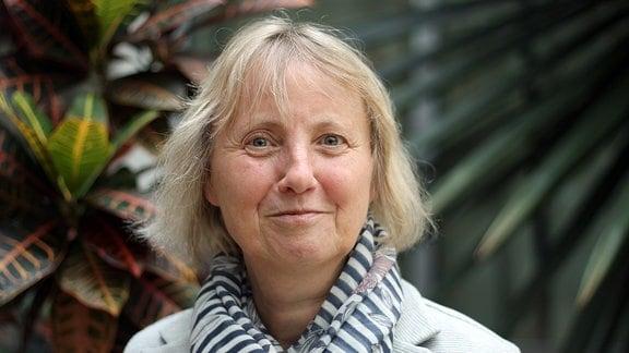 Doris Fischer, Direktorin der  Stiftung Thüringer Schlösser und Gärten, schaut während Sie fotografiert wird lächelnd in die Kamera.