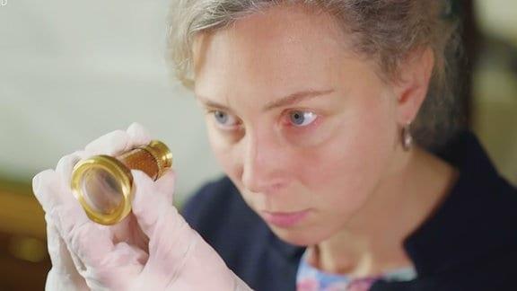 In mitteldeutschen Museen schlummern viele Objekte, die Besucher nur selten zu sehen bekommen. Wie das Schmuckfernglas von Napoleon Bonaparte im Deutschen Optischen Museum Jena. Ein Blick auf die kaiserliche Sehhilfe.
