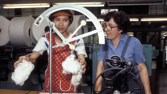 Vietnamesische Gastarbeiterin in einer Baumwollspinnerei in Karl-Marx-Stadt